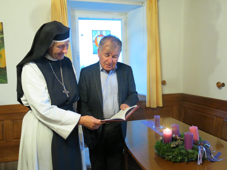 Mutter Hildegard und Prof. Gerhard Winkler sind auf dem Weg der Barmherzigkeit