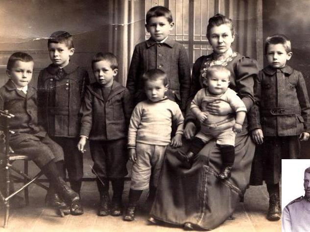 """Paulina Kremmel geb. Hollenstein mit ihren 7 Kindern. Fünf Jahre musste sie allein für """"Kinder, Haushalt und Landwirtschaft"""" sorgen. (Kleines Bild: Eduard Kremmel)"""