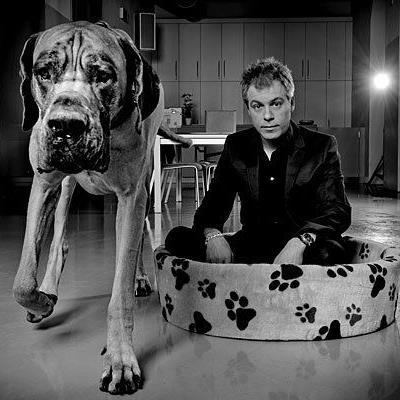Michael Mittermeier ging für den Fotografen ins Hundekörbchen