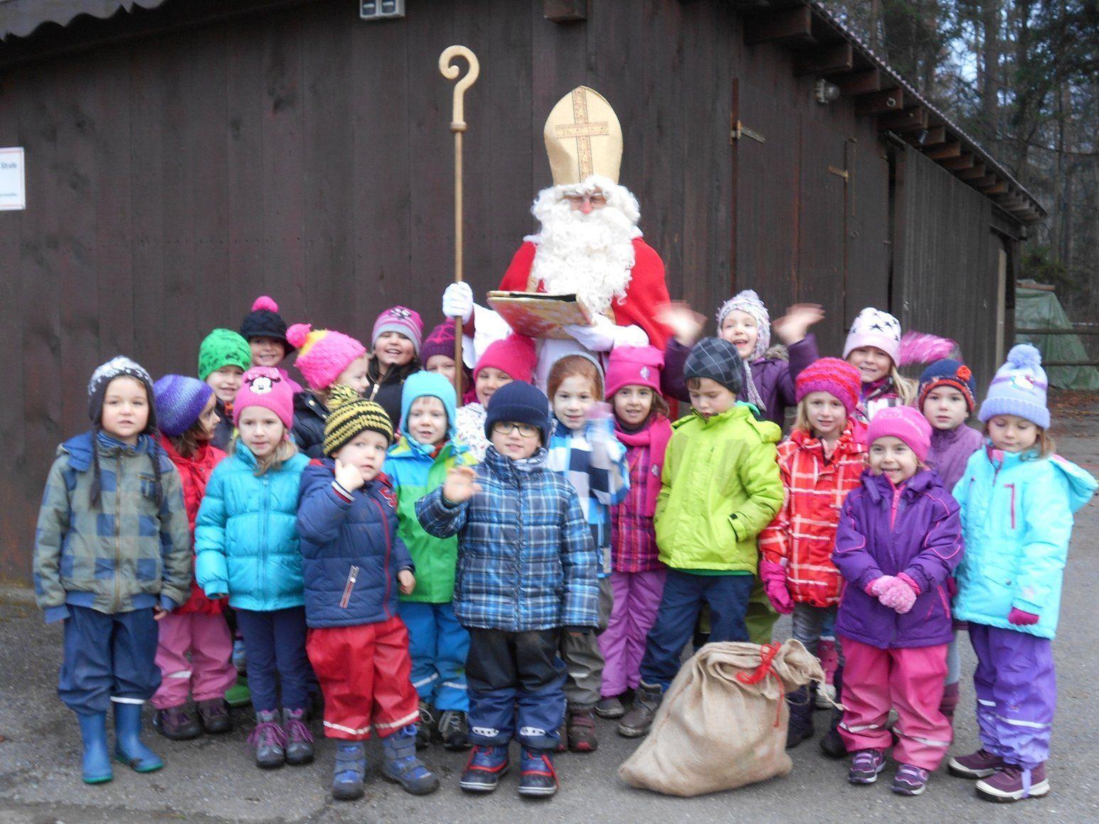 Der Nikolaus besuchte die Bingser Kindergärtler im Wald