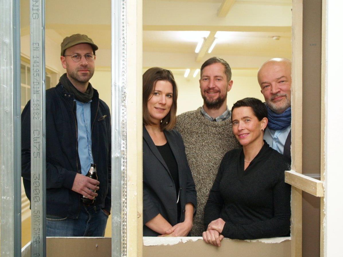 Künstler David Semper mit dem Kuratoren - Team Schirin Kretschmann, Tilo Schulz, Sandra Boeschenstein und Jörg van den Berg bei der Ausstellungseröffnung im Magazin4.
