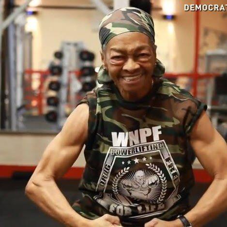 Willie Murphy ist 77 Jahre alt und hebt ihr doppeltes Körpergewicht.