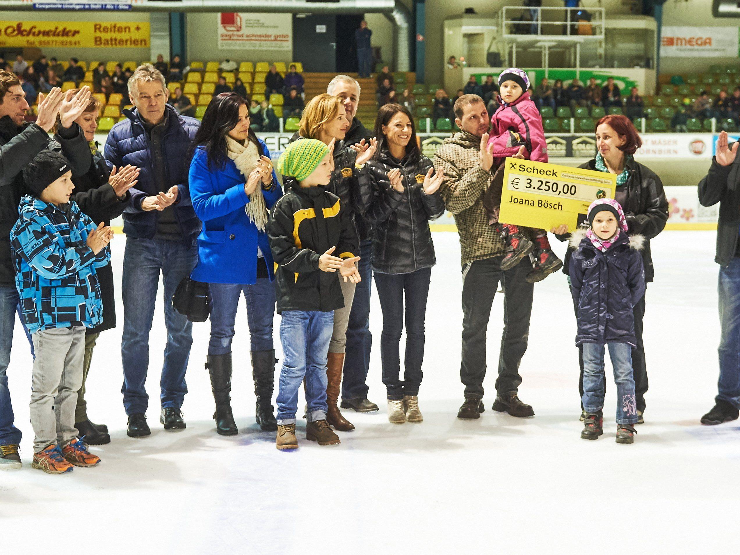 EHC Lustenau übergab einen Scheck über 3250 Euro an die Familie Bösch.