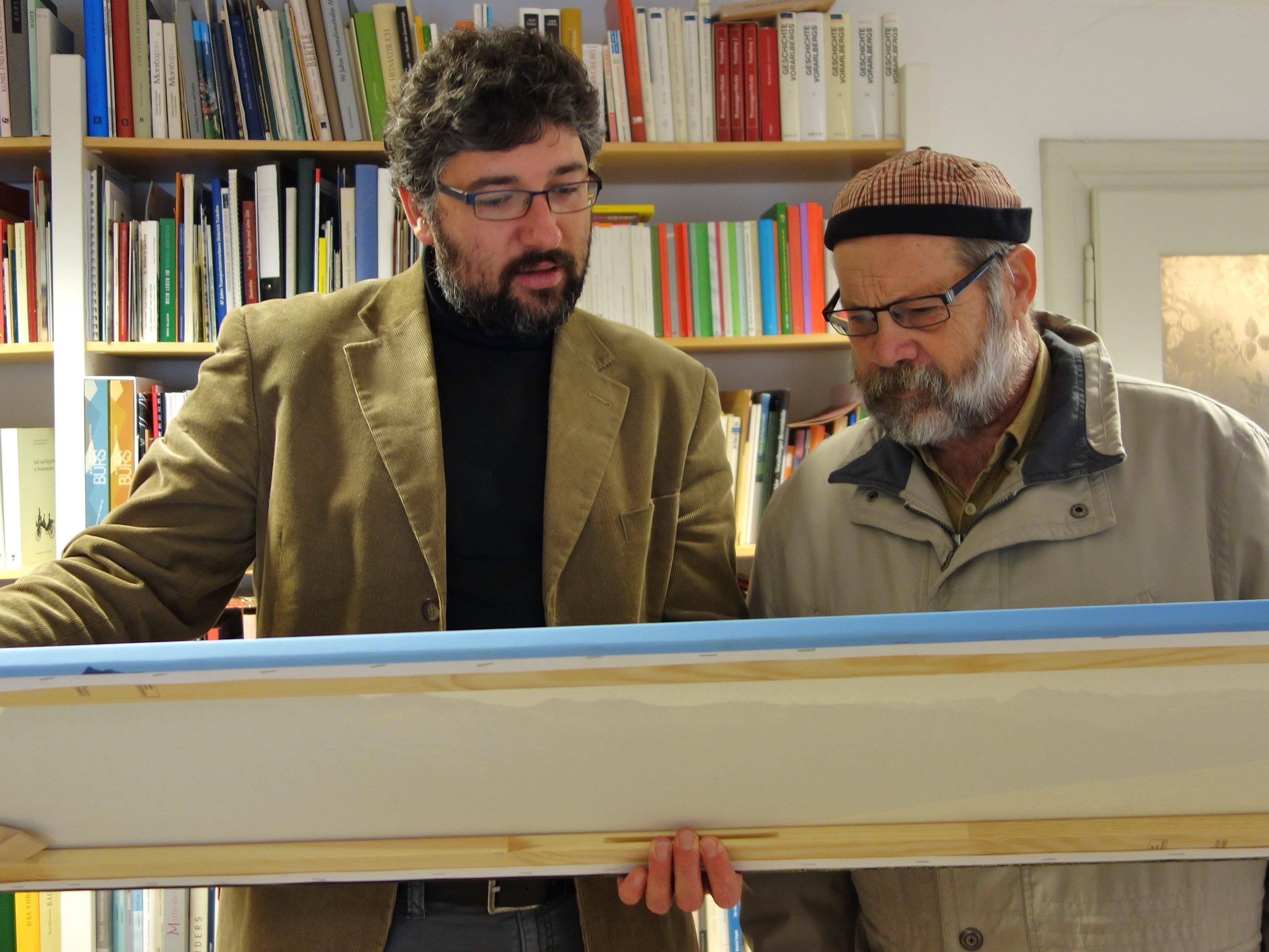 Bildübergabe an Museums-Direktor Michael Kasper durch Walter Kegele (v.l.).