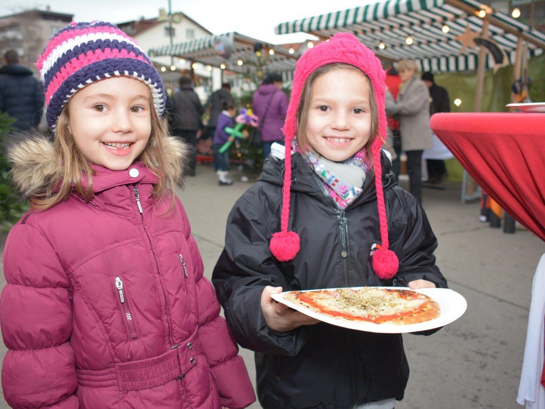 Antonia und Anna stärkten sich mit einer Holzofenpizza.