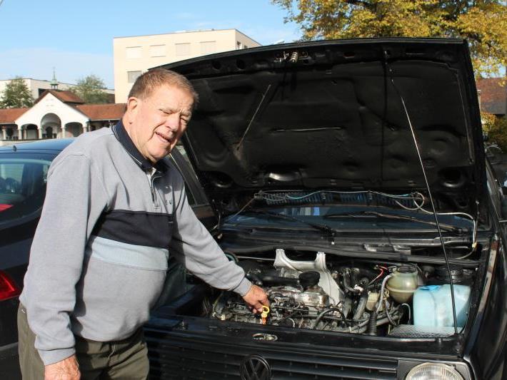 Stolz erläutert Johann Pazdirek im Gespräch mit der VN-Heimat seinen Wagen.