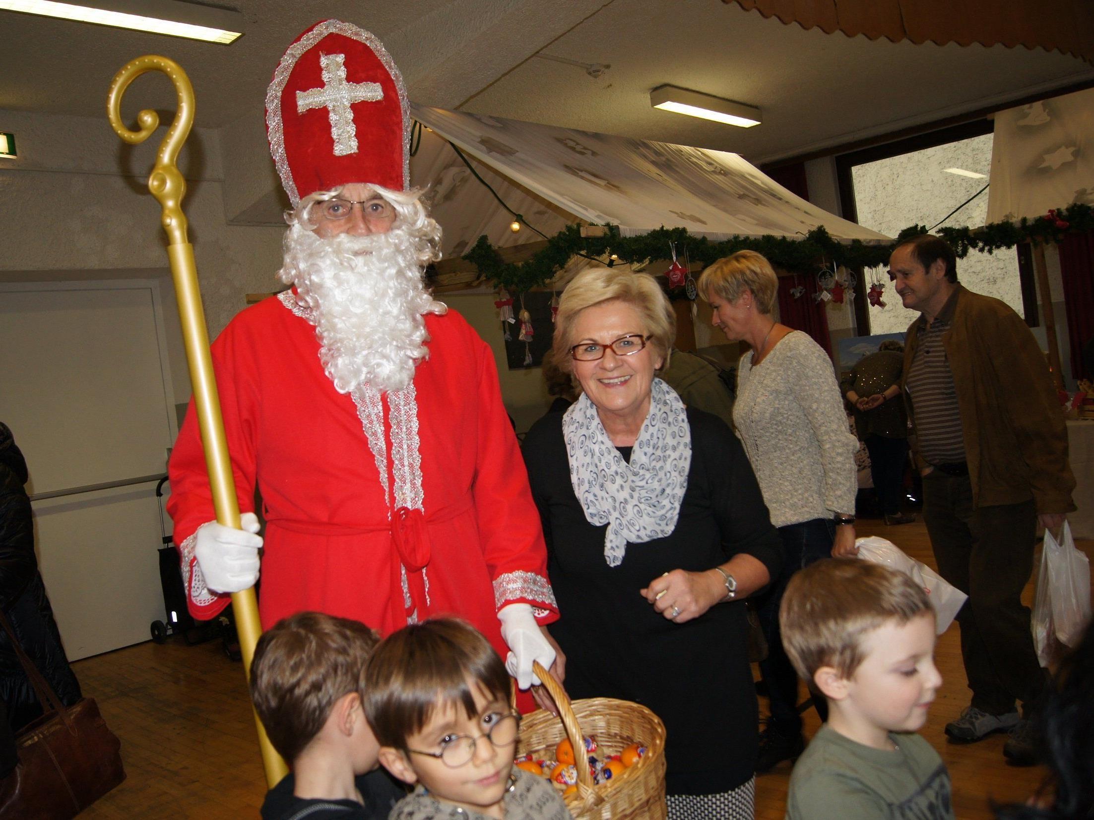 Die Obfrau der Freiheitlichen Frauen, Melly Grabher, freute sich über den regen Besuch am Nikolausmarkt.