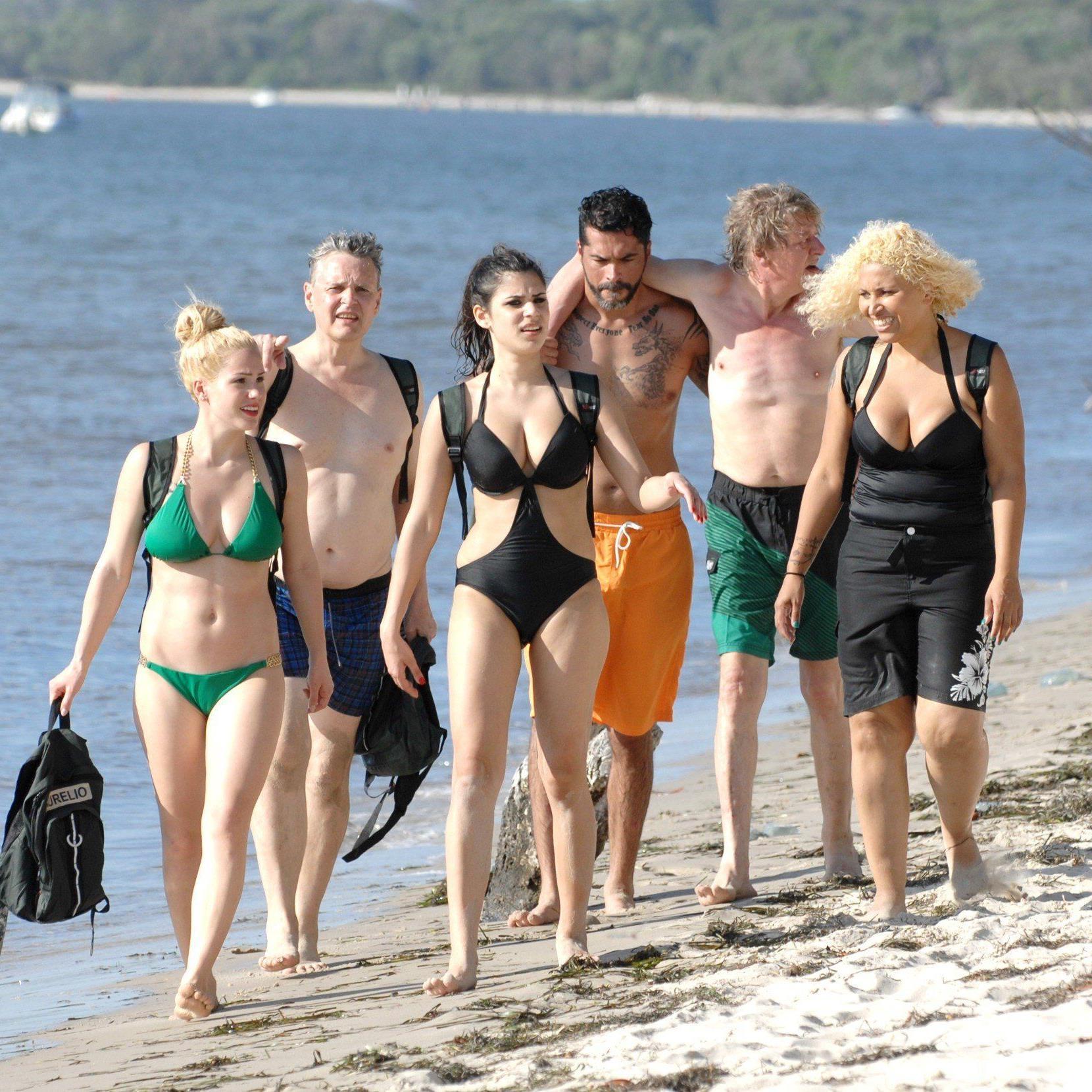 Der Weg ins Camp: Für sechs der elf Dschungel-Camper beginnt das Abenteuer mit einem Sprung ins kalte Wasser.