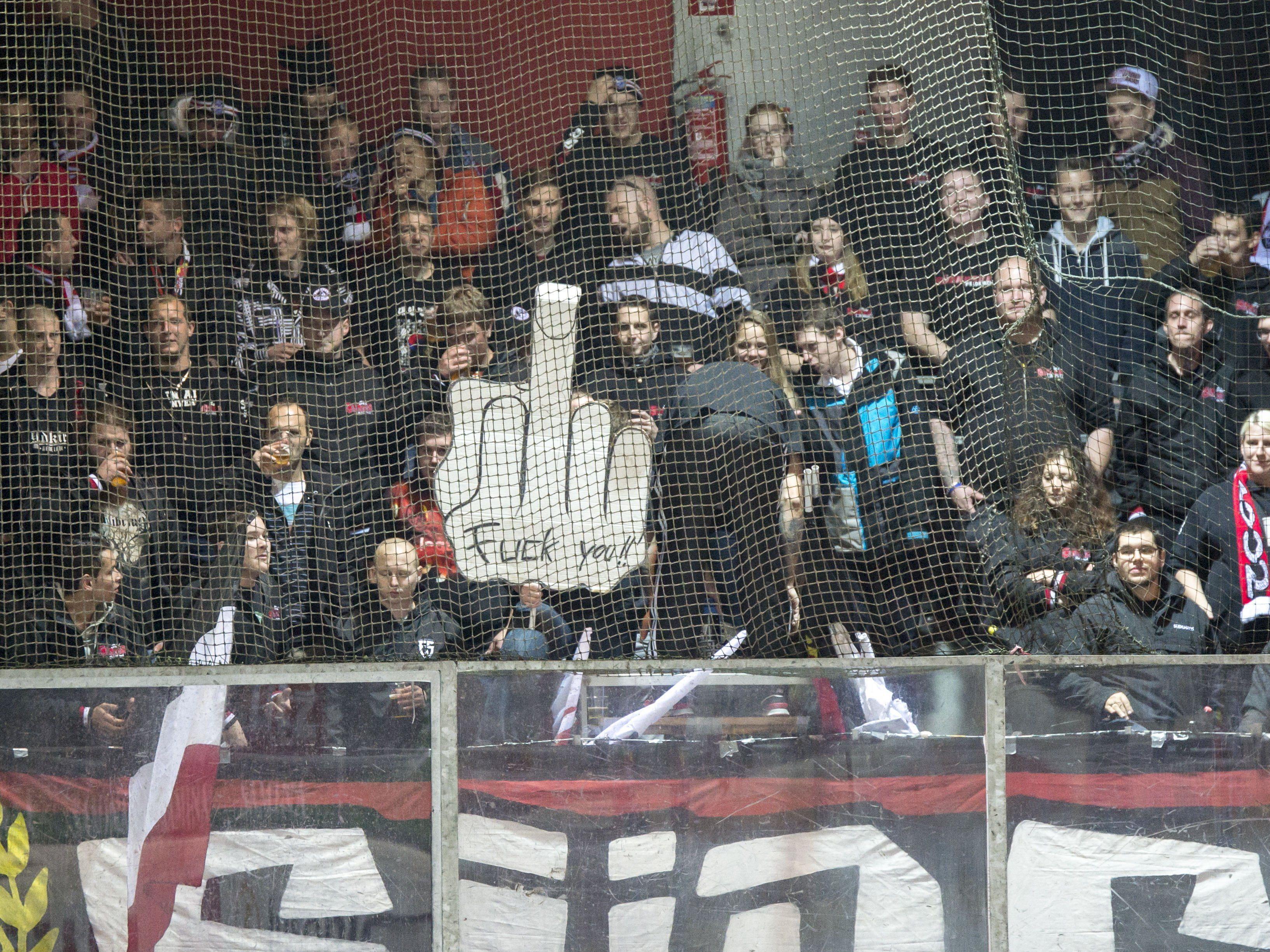 Gewisse Fans, wie hier Südchaos-Mitglieder beim Match gegen den EHC Lustenau im Oktober, stellen die Vereine vor Herausforderungen.