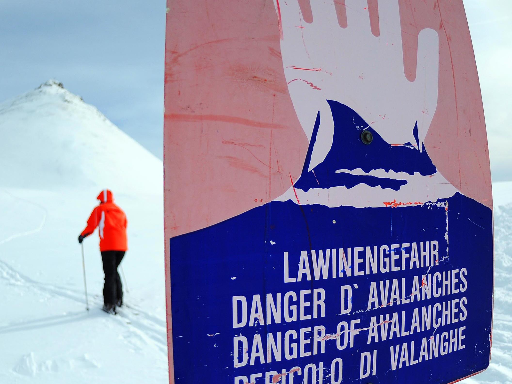 Laut Polizei fuhr der Mann im freien Skiraum in einen steilen Hang ein.