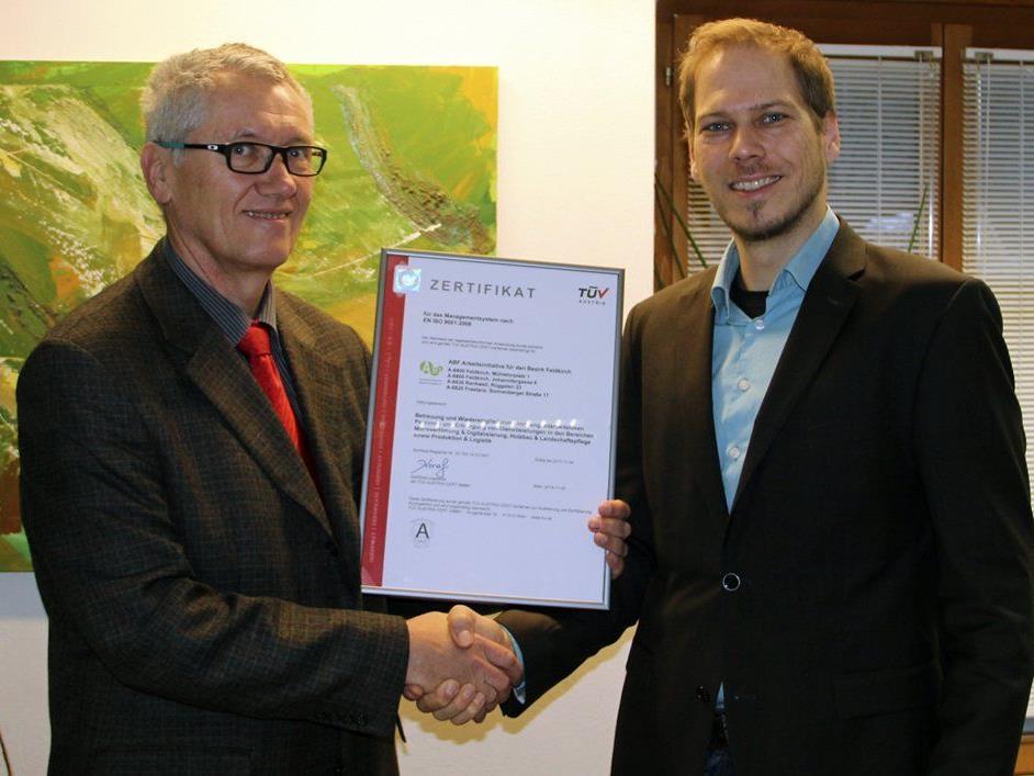 Zertifikatsübergabe von Ing. Josef Beller (TÜV Austria) an Mag. Florian Kresser (GF ABF).