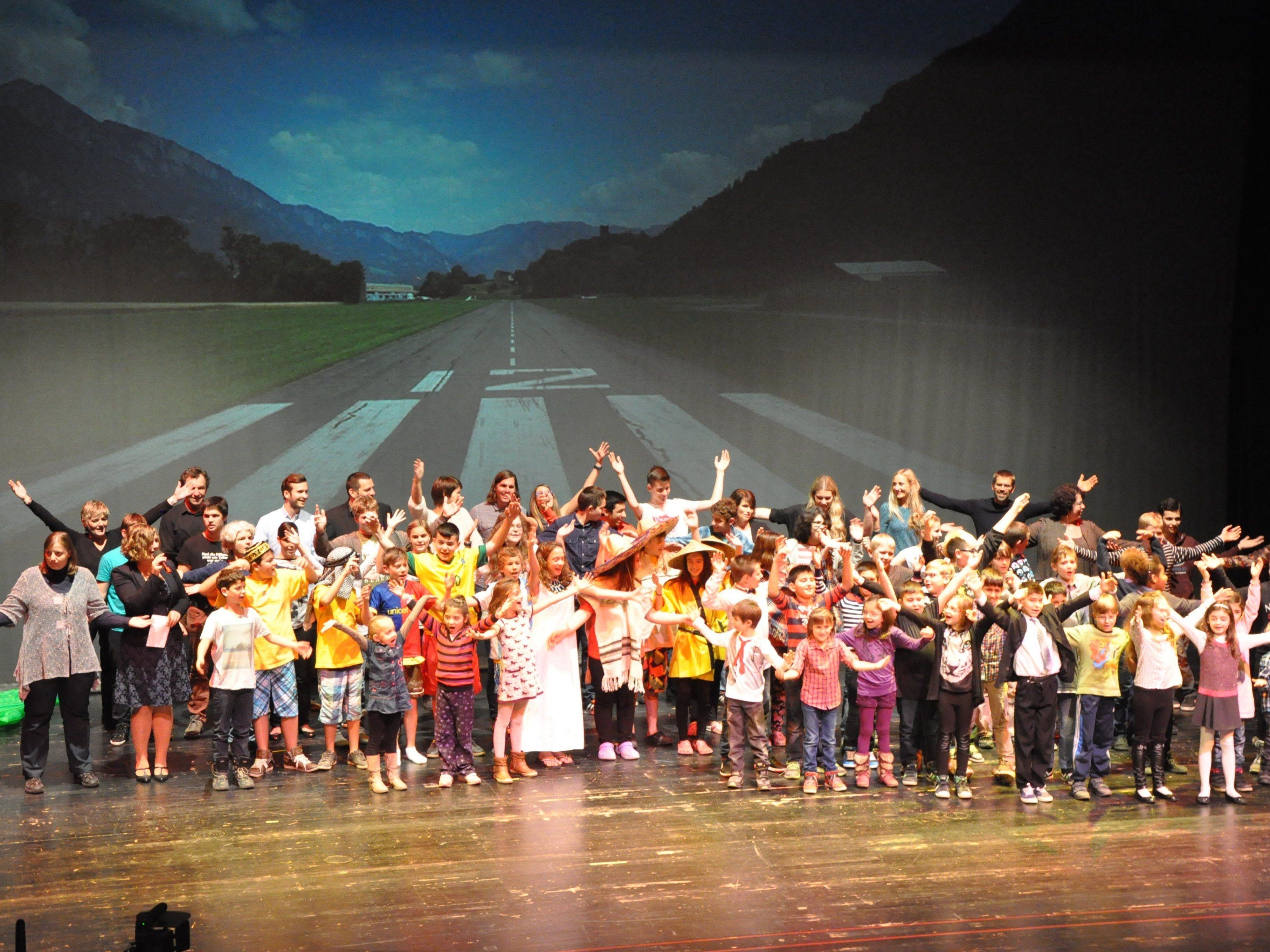 """Hörgeschädigte Schüler, Kindergartenkinder und """"Ehemalige"""" überraschten mit einem tollen Programm."""