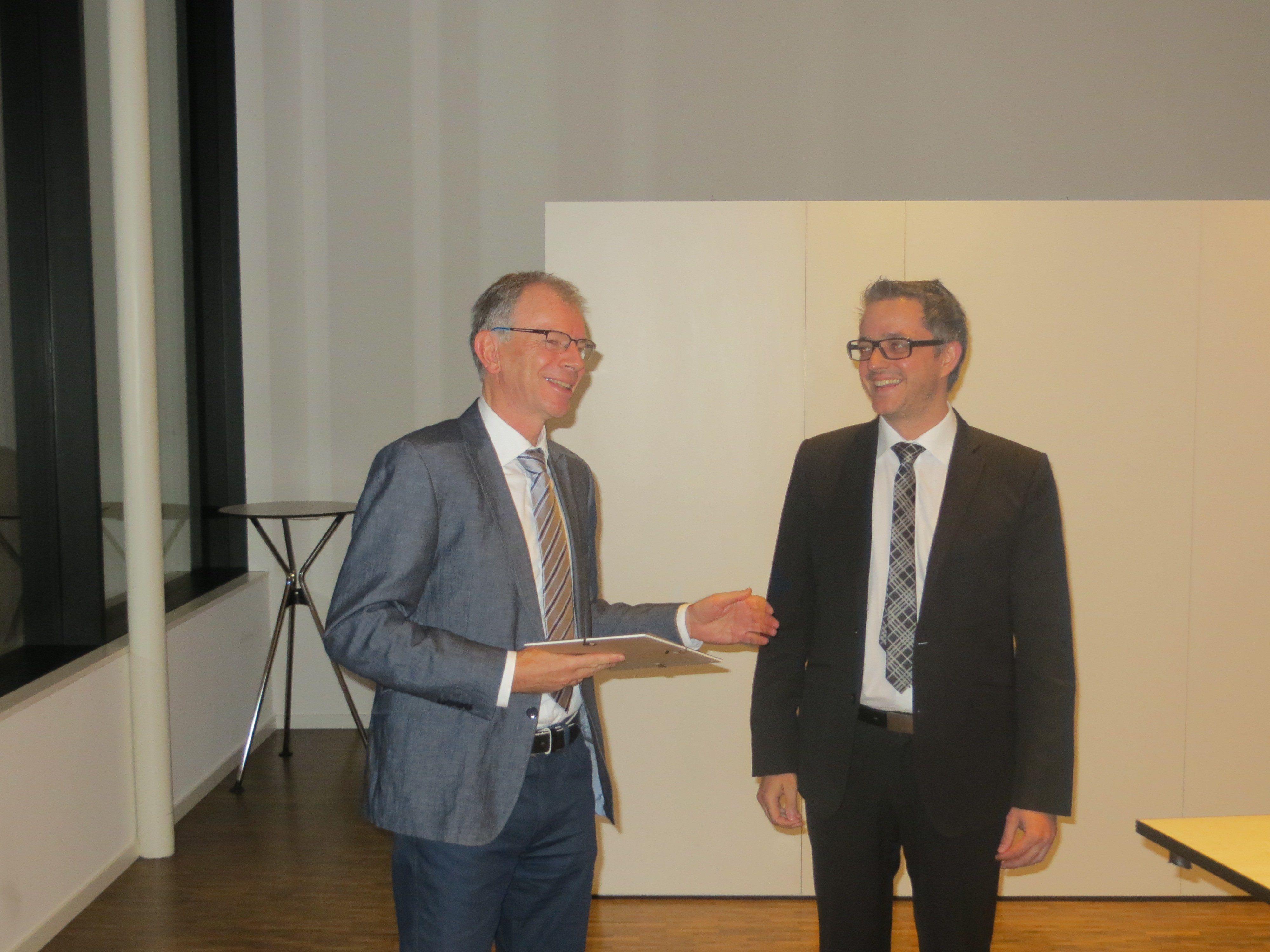 Prim. Univ.-Doz. Dr. Karl Lhotta, Präsident der GÄV, und Dr. Philipp Rein bei der Preisverleihung.