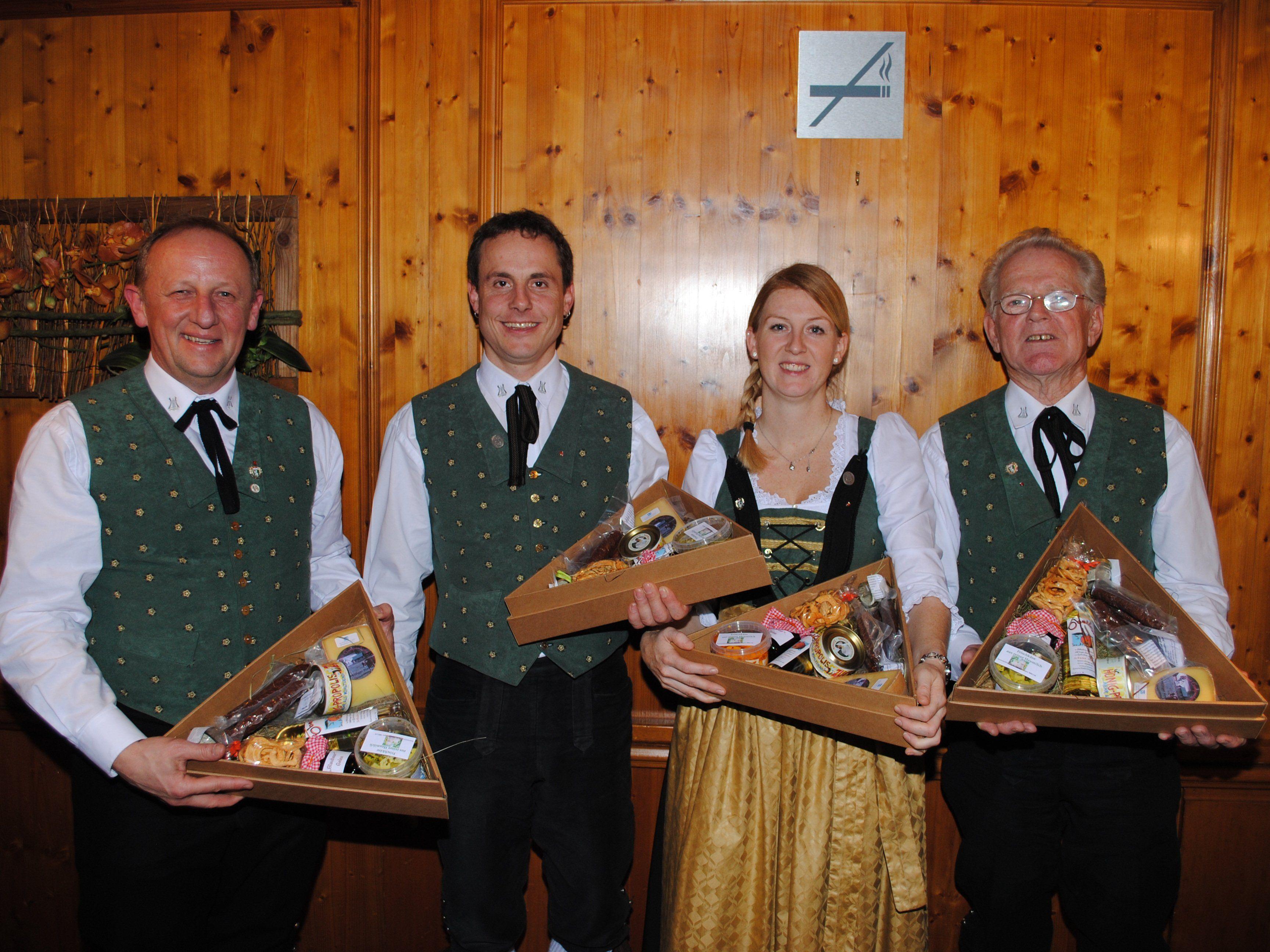 v.li.: Bertram Luger, Thomas Dünser, Cornelia Walch und Edmund Jenny wurden vom Verein geehrt