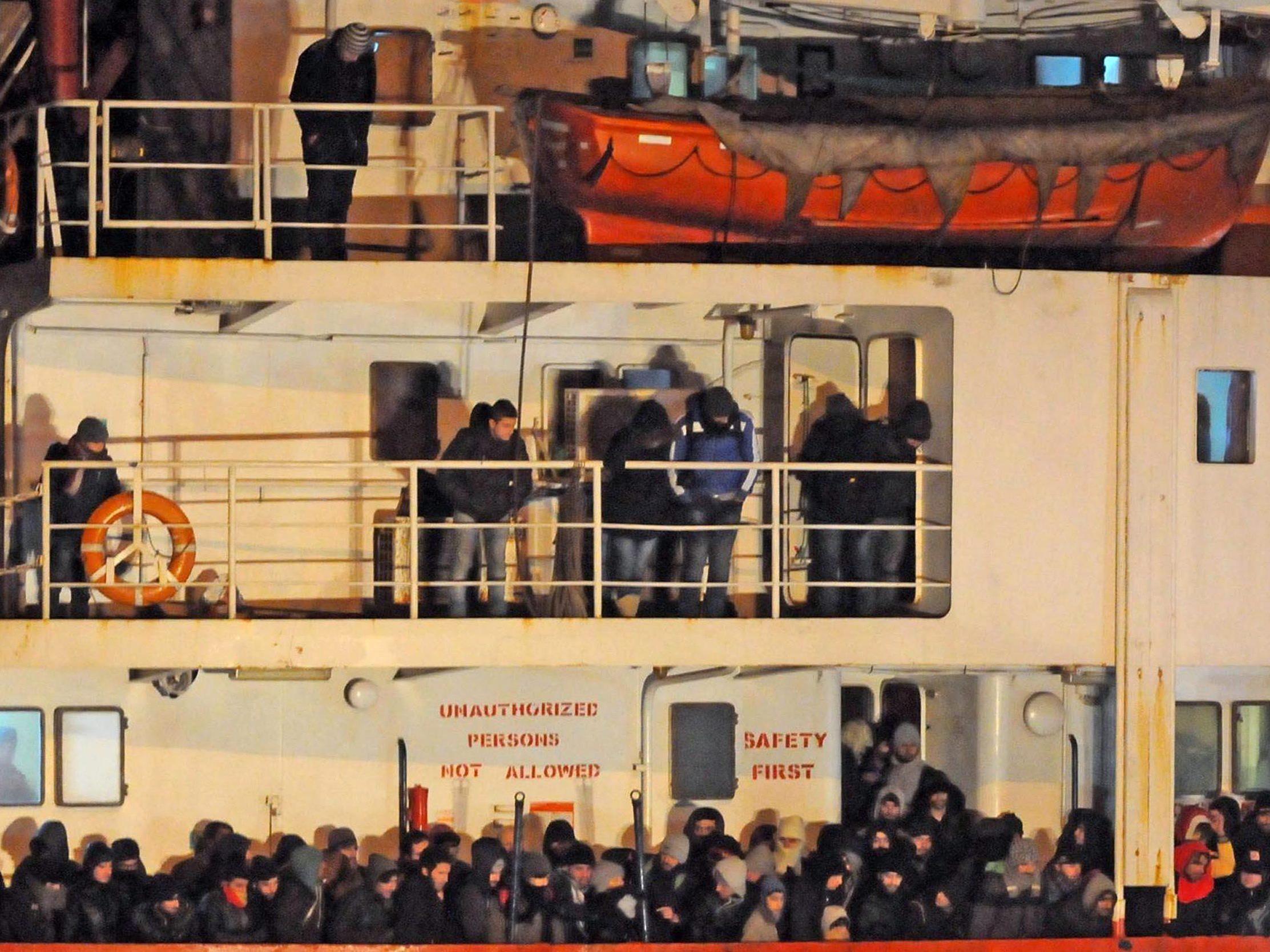 """Das von der Crew verlassene Schiff """"Blue Sky M"""" hatte 768 Migranten an Bord."""