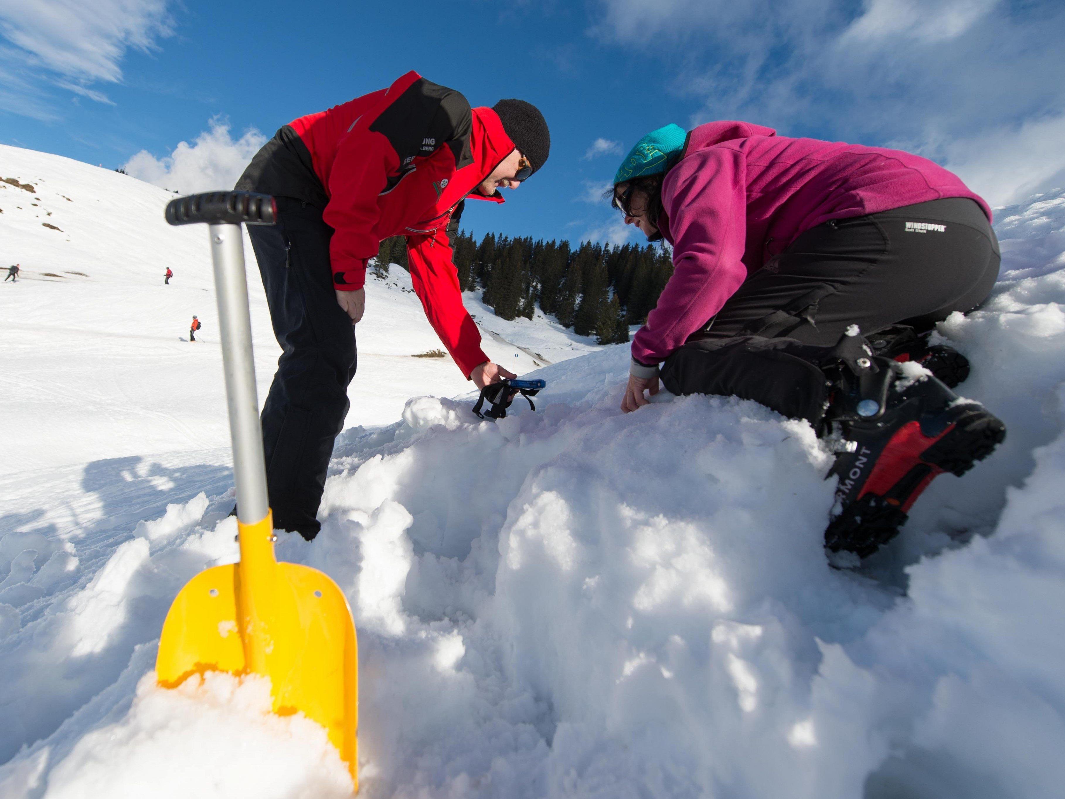 Die Teilnehmer am LVS-Übungstag knieten sich buchstäblich hinein in die kalte Materie. Franz Satler erklärte geduldig.