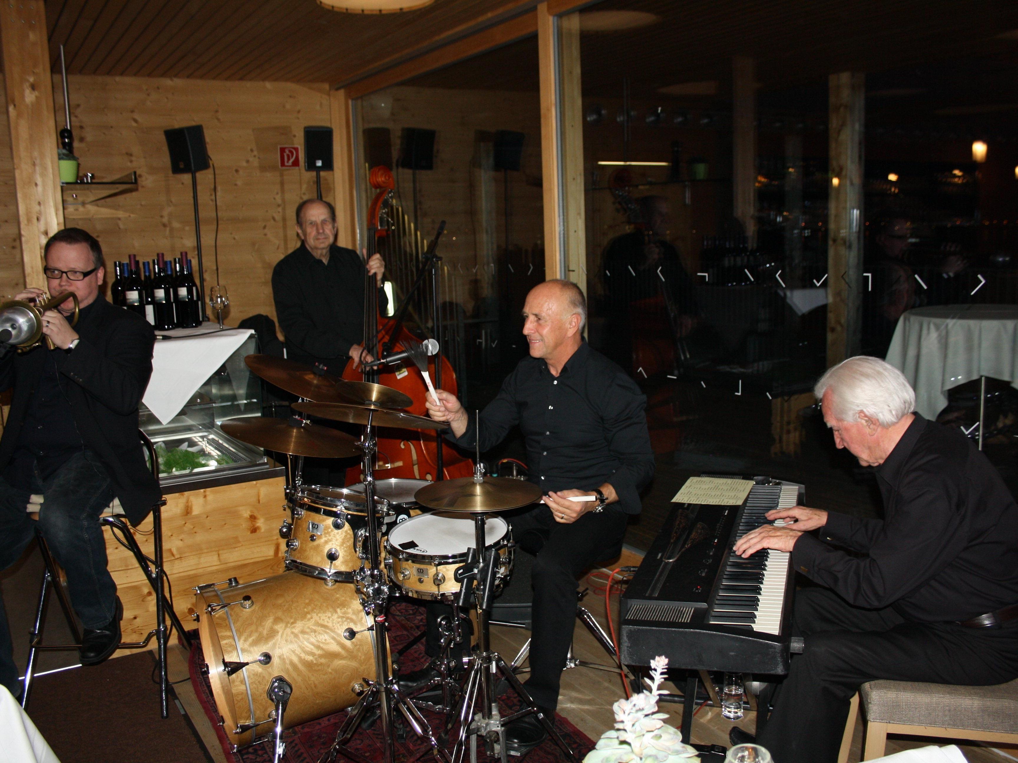 """Die Gruppe """"Round about Jazz Combo"""" sorgt nächsten Donnerstag bei """"Jazz am See"""" für die gute Stimmung auf dem Badehaus des Seehotels Am Kaiserstrand."""