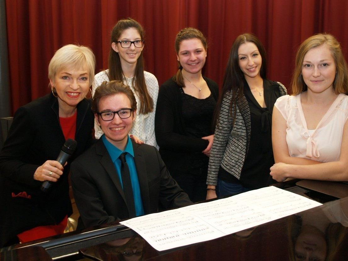 Dorit Wilhelm mit einigen MusikerInnen beim Benefizabend am Bundesgymnasium.
