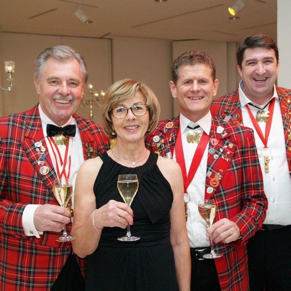 Ore Ore Präsident Mandy Strasser mit Heidi, Horst Lumper und Ballorganisator Walter Egle beim Bregenzer Prinzenball.