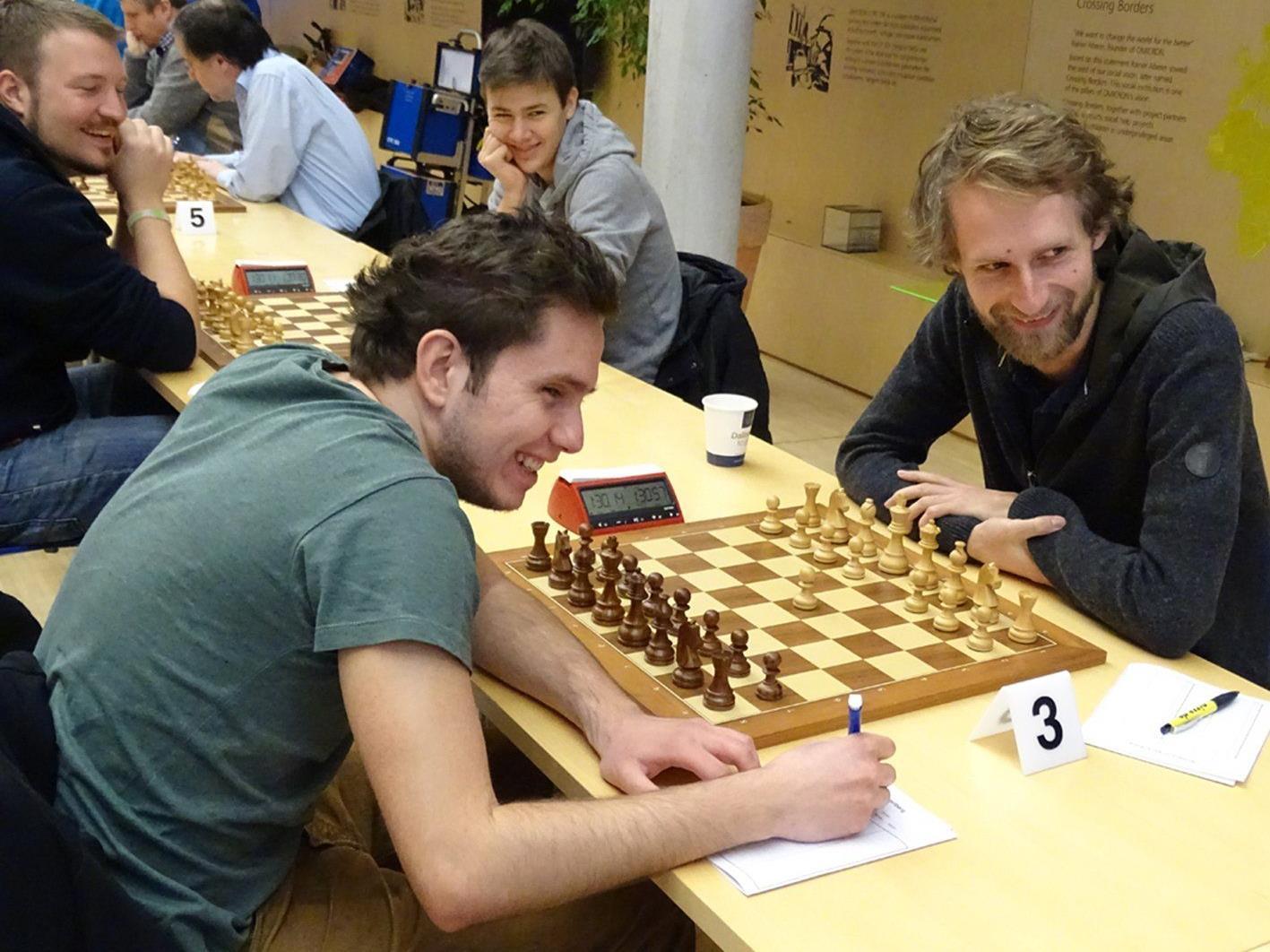 Gute Stimmung herrscht unter den Spielern während den Schach-Partien.