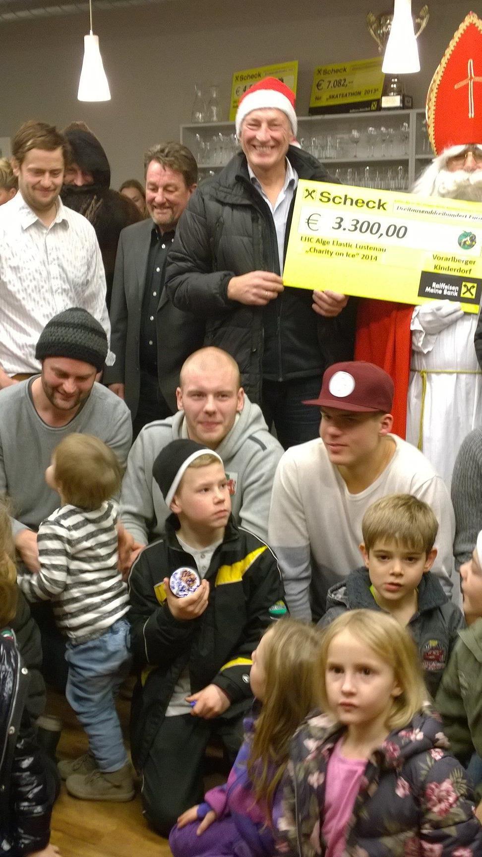 Der EHC Lustenau spendet dem Kinderdorf einen großen Betrag.