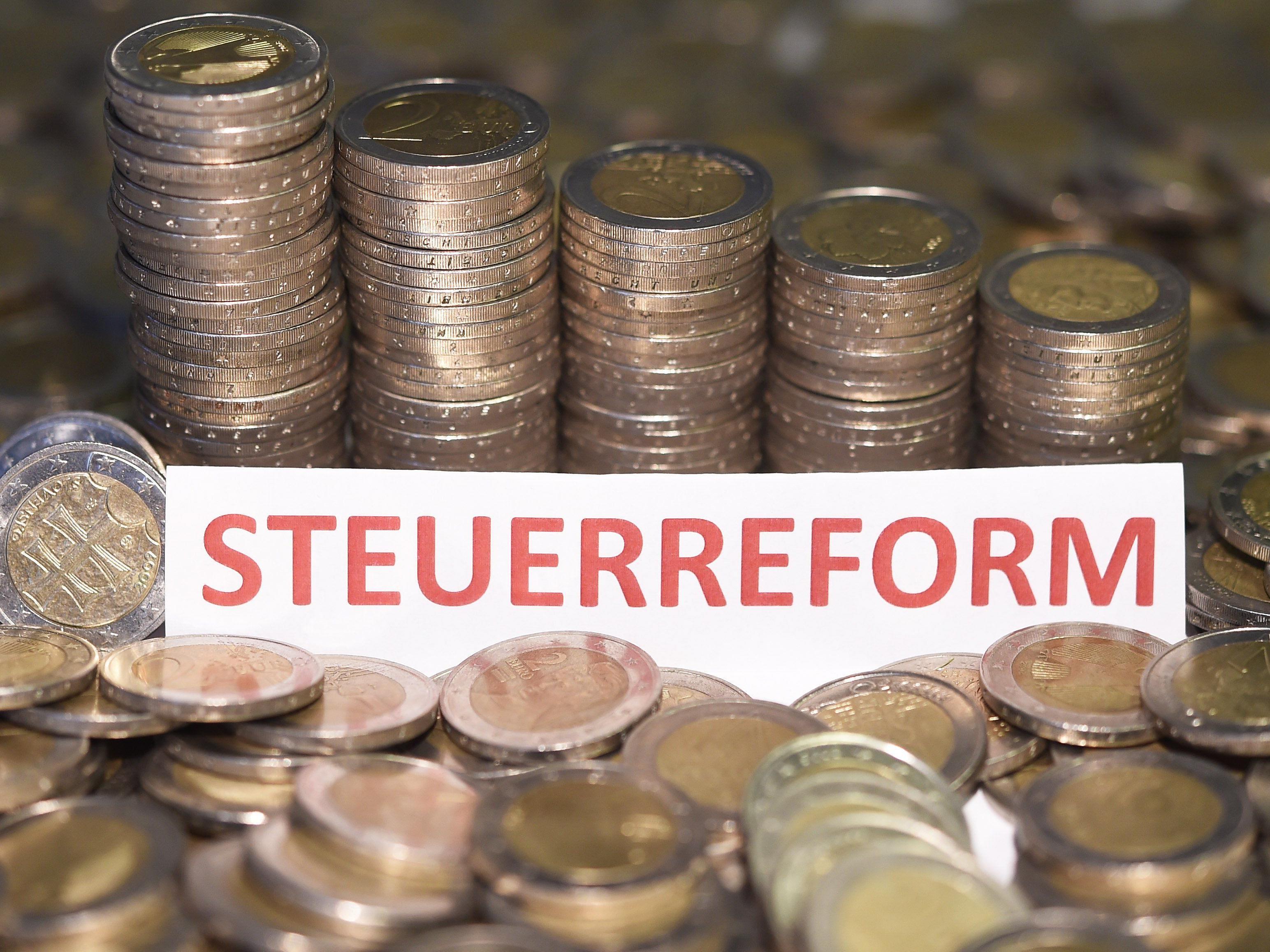 Die Neos stellen ihr Konzept einer Steuerreform vor.