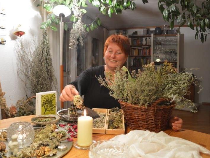 Heilkräuter kundige Autorin Katharina Waibel.