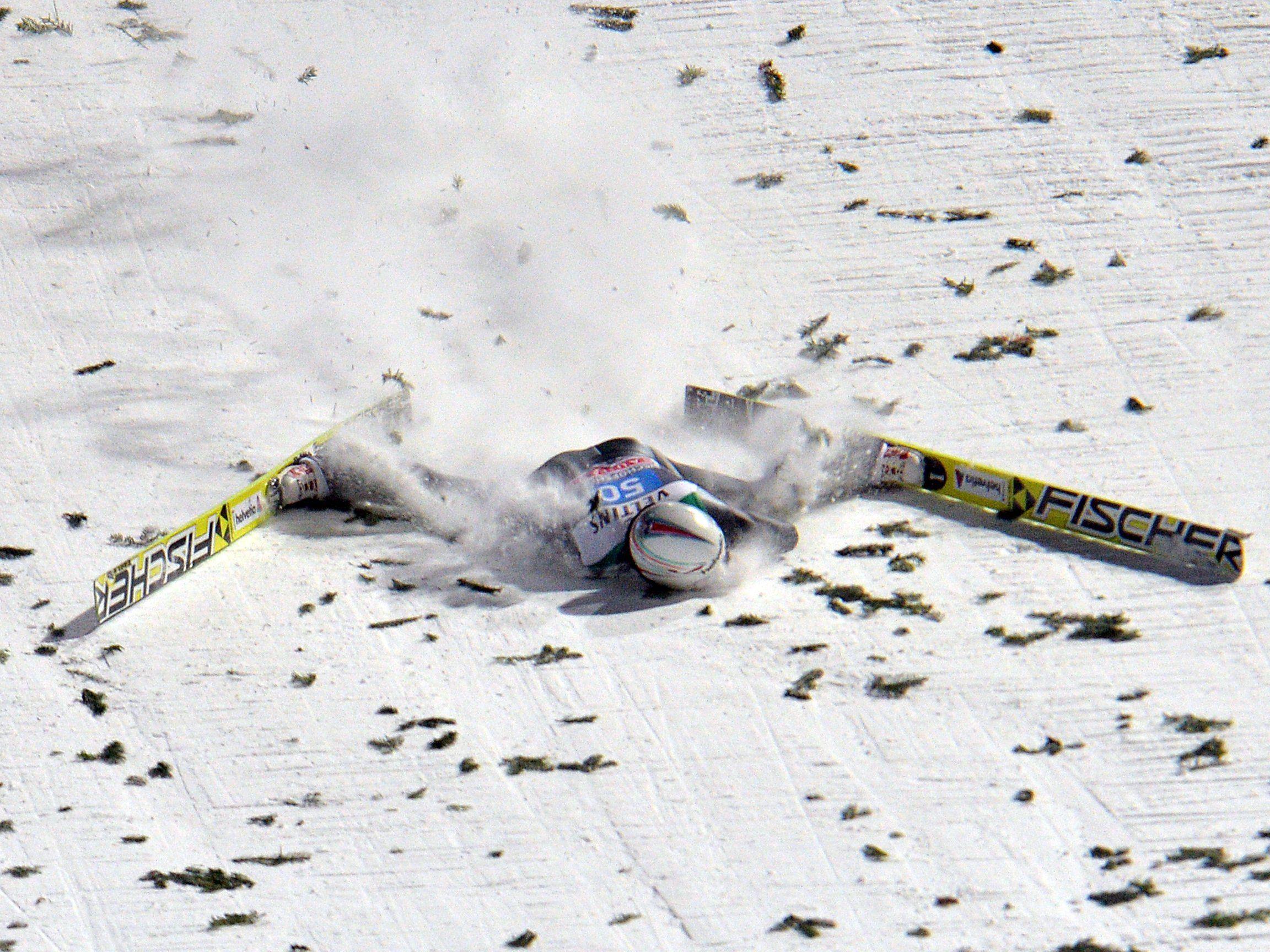 Der 33-jährige Schweizer verlor am Dienstag nach der Landung bei 136 Metern auf der Schanze in Bischofshofen die Kontrolle über seine Ski.