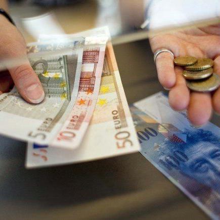 Die SNB kippt den Euro-Mindestkurs - der Euro fällt prompt unter die 1-Franken-Marke.