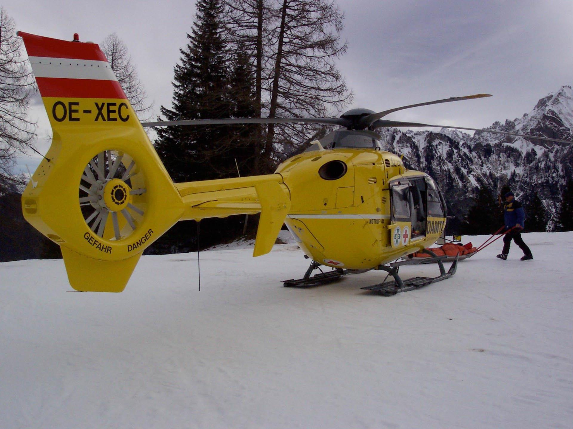 Mann nach Skiunfall schwerverletzt von Rettungshubschrauber geborgen.