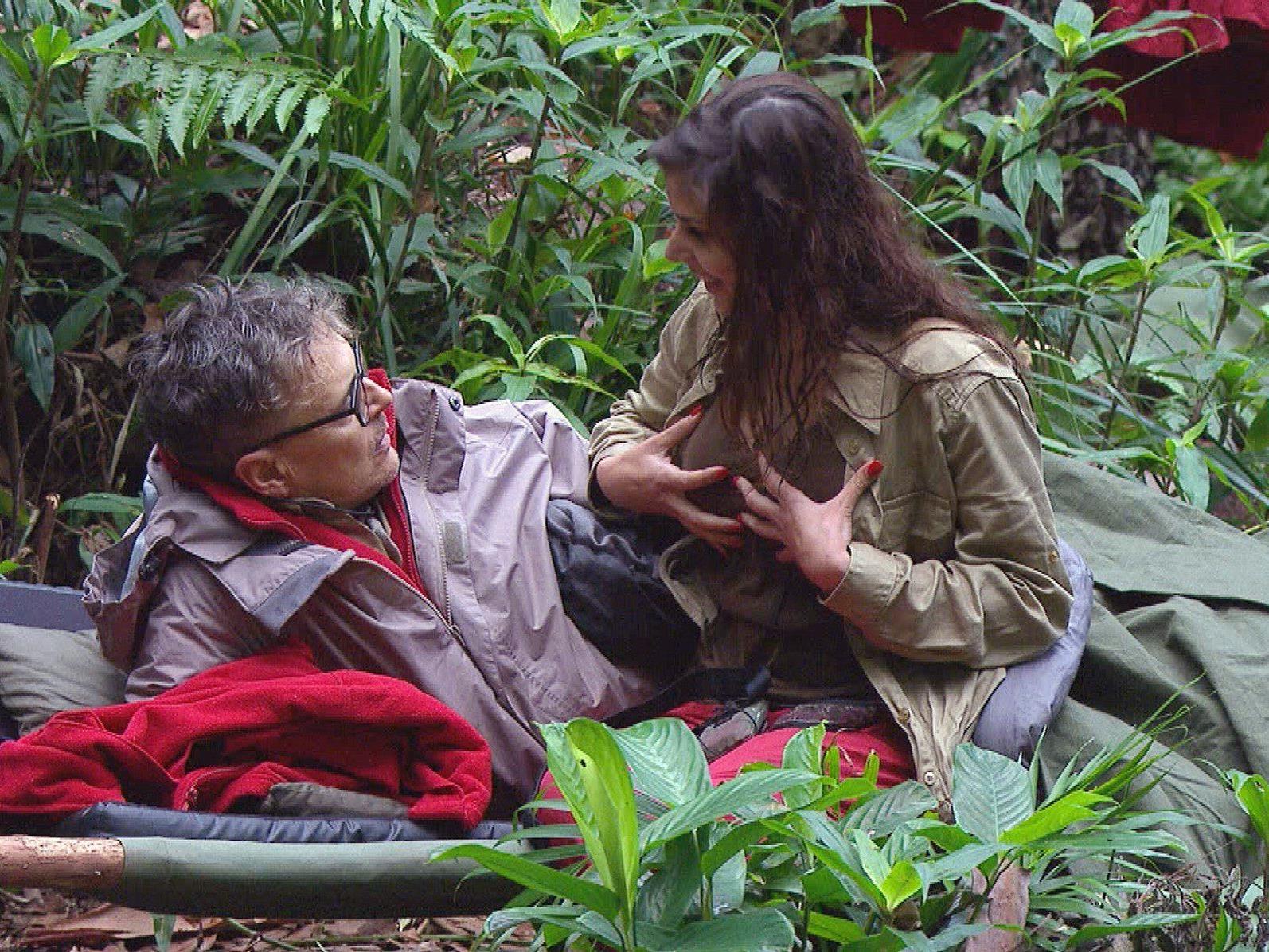 Tanja diskutierte mit Rolfe über ihre Brüste
