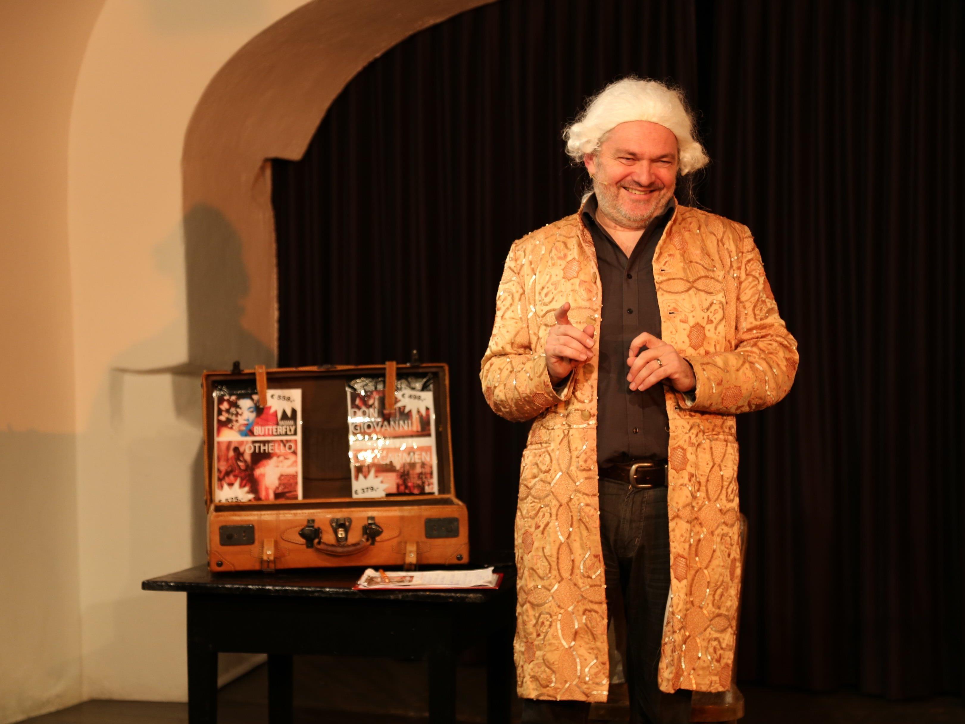 Der Kabarettist Werner Brix verkauft im Mozart-Outfit Opernkarten.