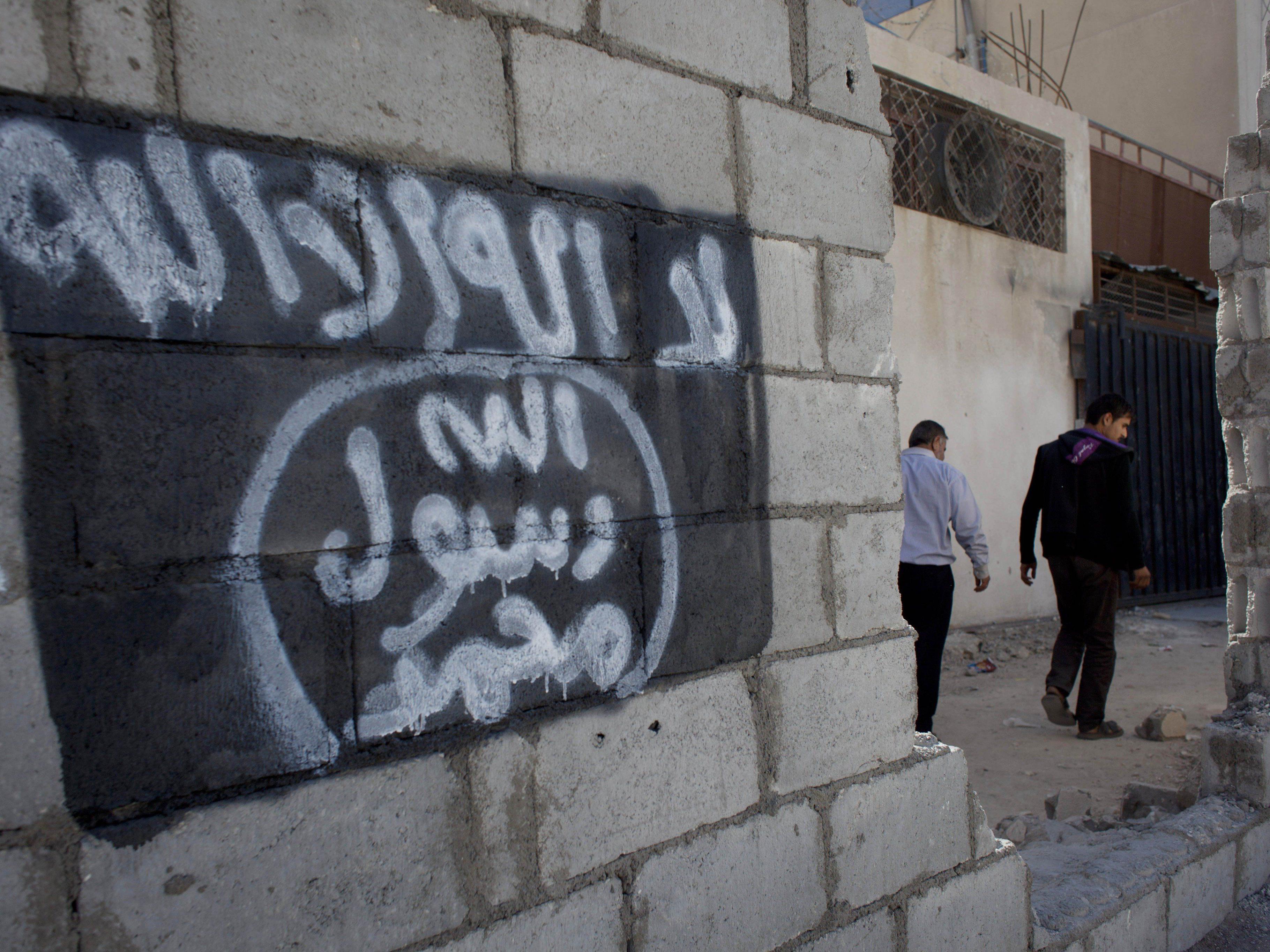 Islamischer Staat (im Bild deren Flagge) und Al-Kaida: Brüder im Geiste, Kampf bis aufs Messer.