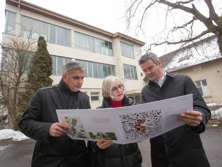ZIMA-Marketingleiter Markus Hämmerle, Marina Hämmerle und Alexander Nußbaumer (v.l.) mit dem Lageplan.