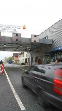 Der starke Franken setzt die Schweizer Firmen unter Druck. Büßen könnten das die Grenzgänger.
