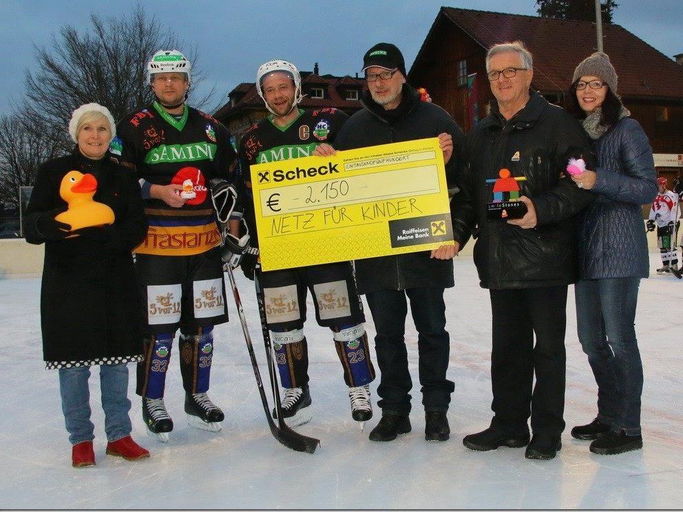 HC Rankweil und VEU Feldkirch spenden 2150 Euro für Netz für Kinder.