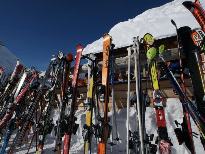Beliebte Gaunereien in den Wintersportorten sind der echte und der vorgetäuschte Skidiebstahl.