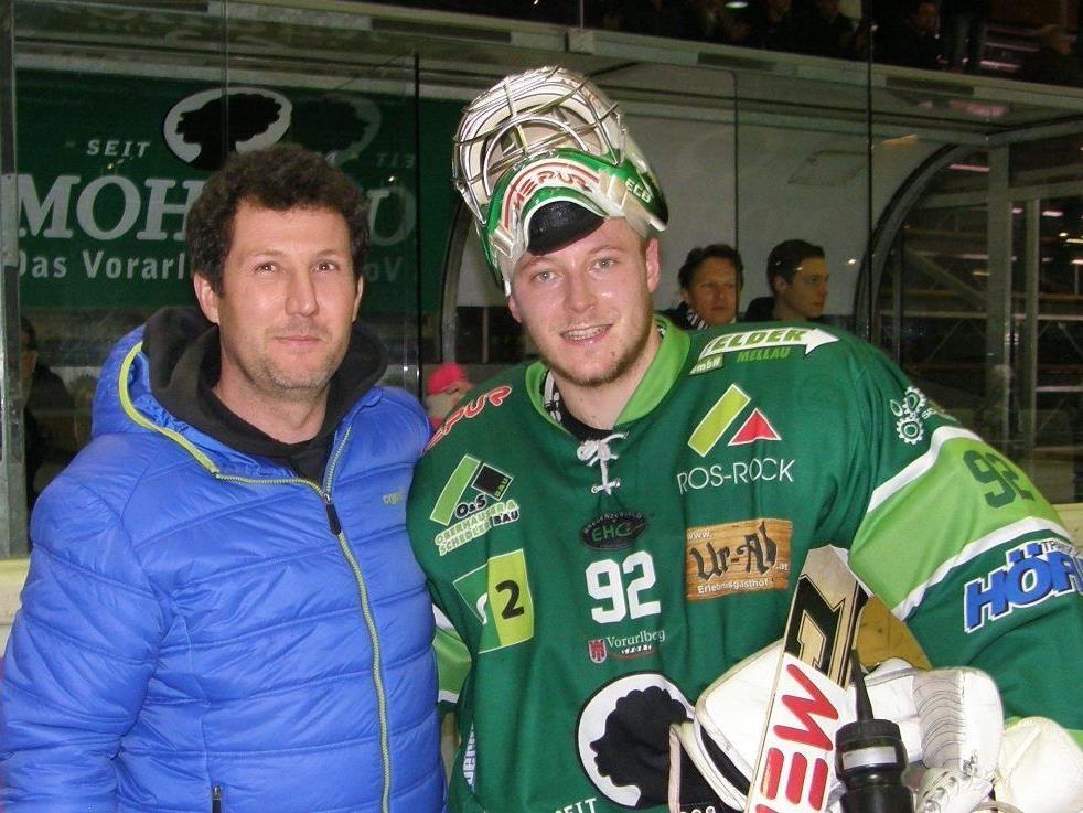 Sponsor Gerald Geiger übernahm die Ehrung von Oskar Östlund, dem Spieler des Abends.