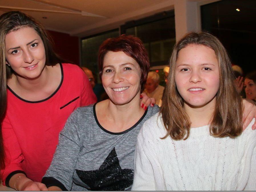Kapitänin und Vizeobfrau Elke Mähr mit ihren Töchtern Celine und Vanessa durften sich freuen.