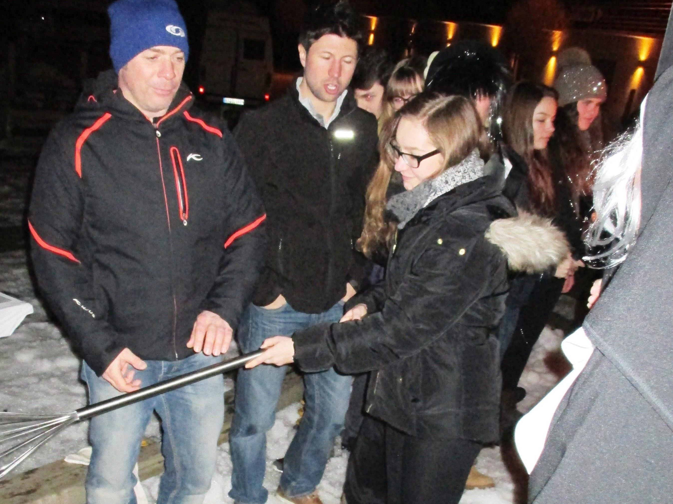 """Einer der Höhepunkte für die Gäste aus Deutschland: """"Ski-Taufe""""."""