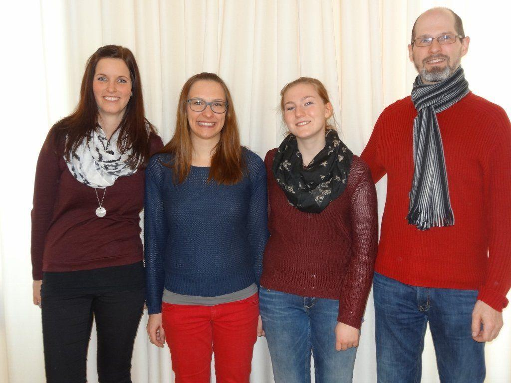 Die neuen Registerführerinnen Lisa Maria Frei, Sinah Scheibenstock und Martina Gabriel mit ihrem Lehrer Peter Engel.