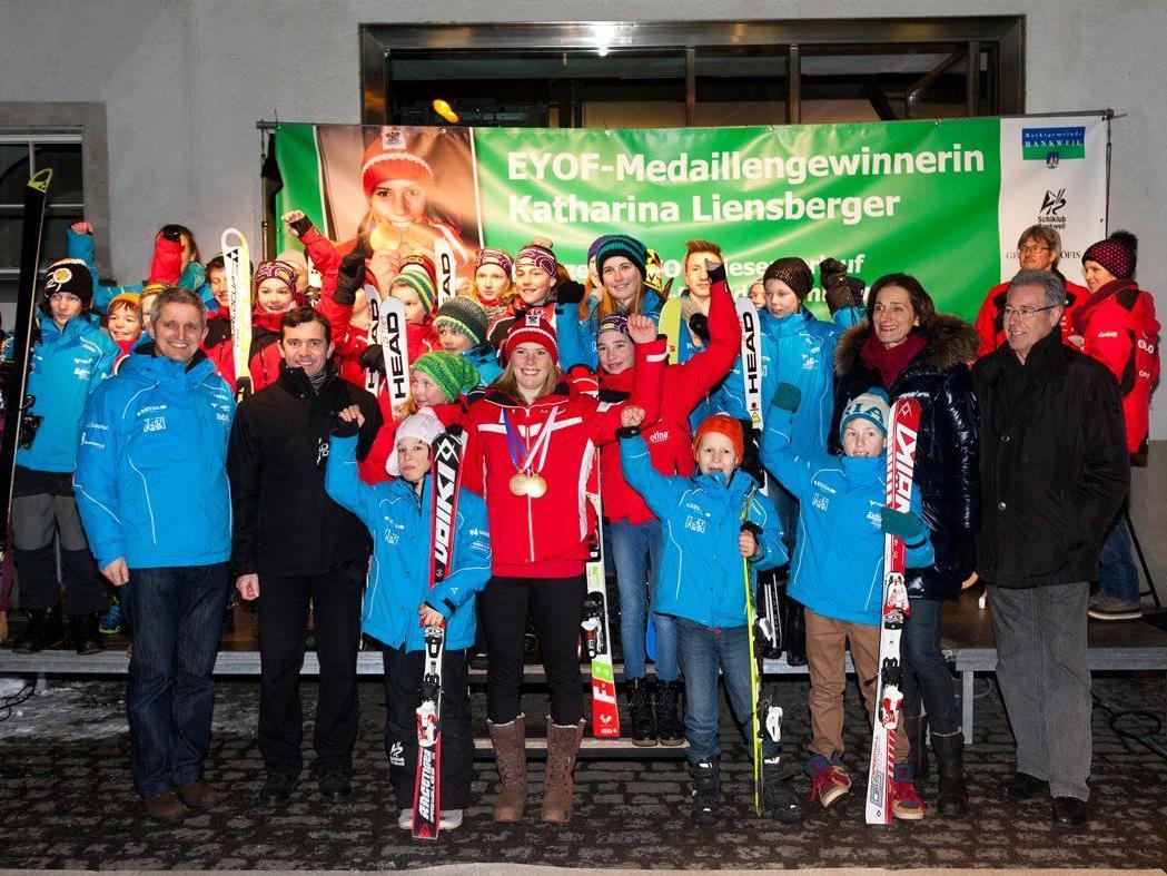 Die Olympiagewinnerin mit Fans und Mitgliedern des Rankweiler Schiklubs vor dem Rathaus Rankweil