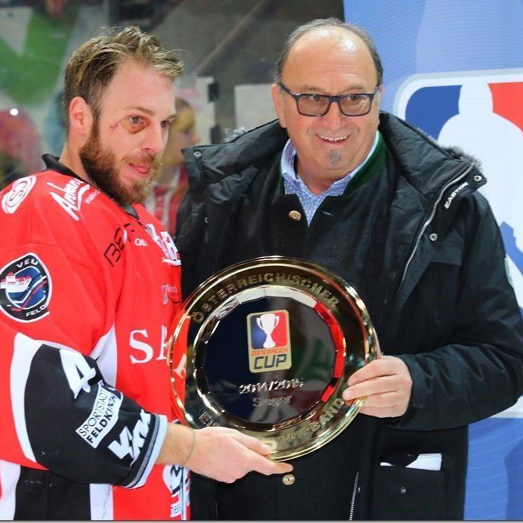 VEU Feldkirch Kapitän Yussef Riener nahm die Pokaltrophae in Empfang.