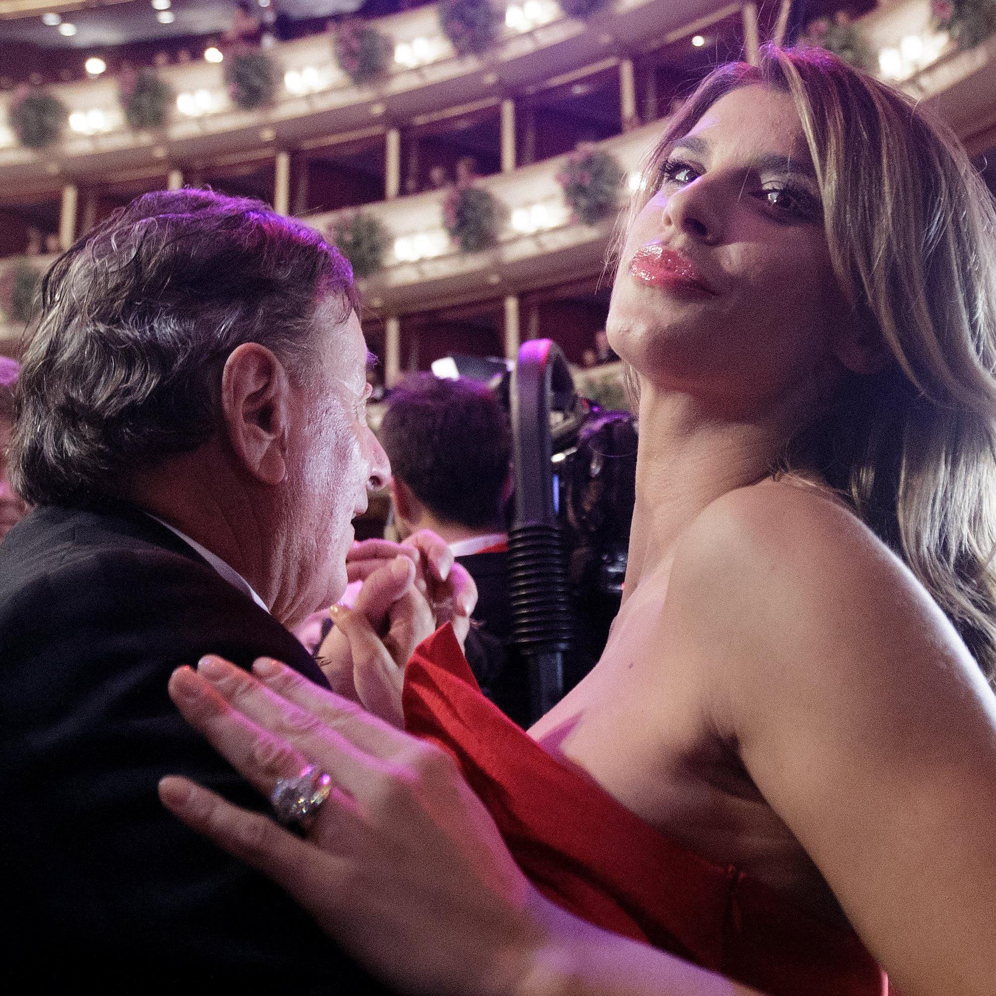 Elisabetta Canalis und Richard Lugner tanzten schwungvoll am Wiener Opernball 2015.