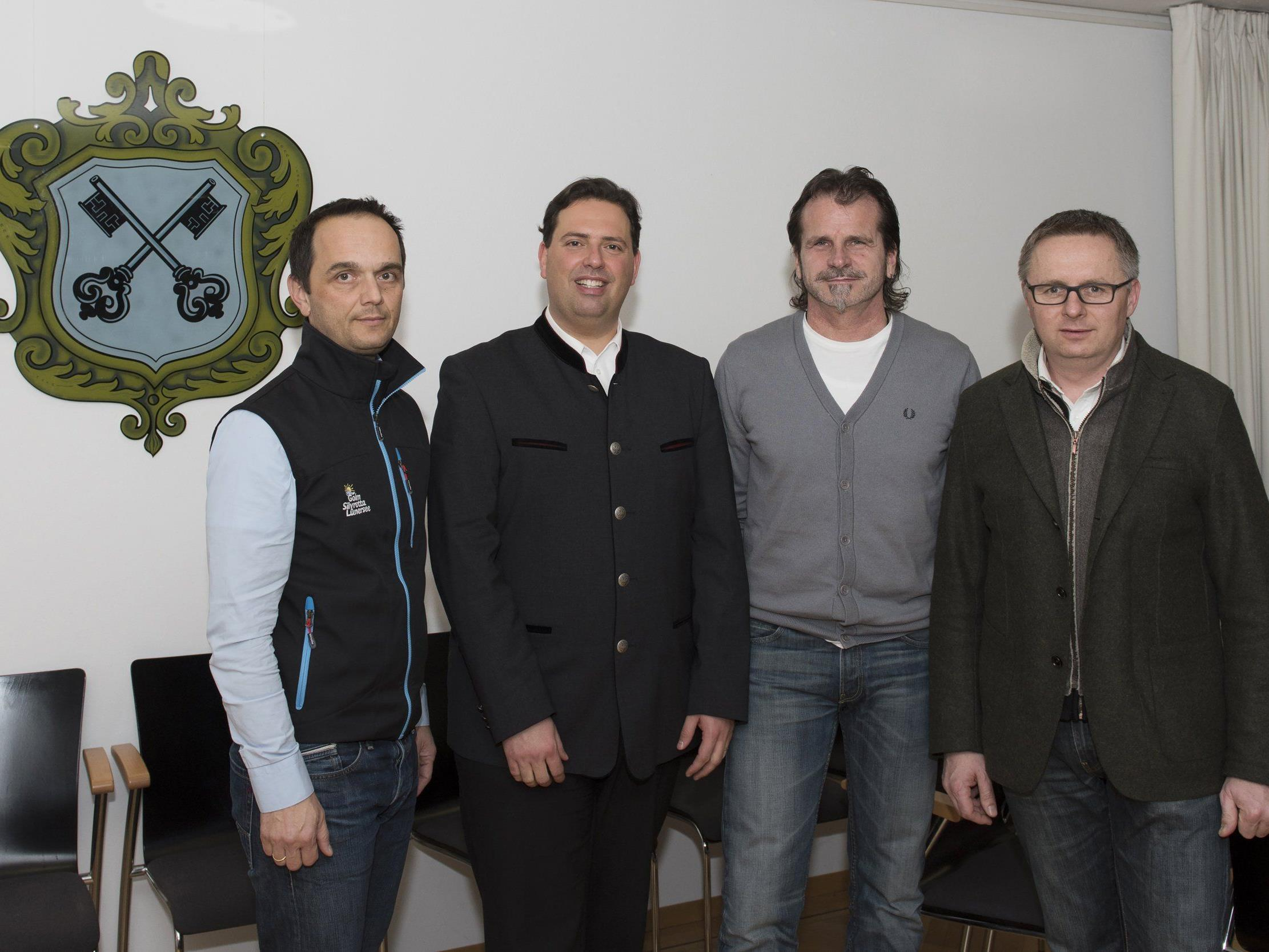 Die Aufsichtsräte Hannes Jochum, Geschäftsführer von Illwerke Tourismus AG, Herbert Bitschnau, Aufsichtsratsvorsitzender und Bürgermeister von Tschagguns, sowie Ewald Tschanhenz, Bürgermeister Gemeinde St. Gallenkirch, (v.l.n.r) zusammen mit Manuel Bitschnau, MBA, Geschäftsführer von Montafon Tourismus (2.v.l), bei der Vertragsunterzeichnung.