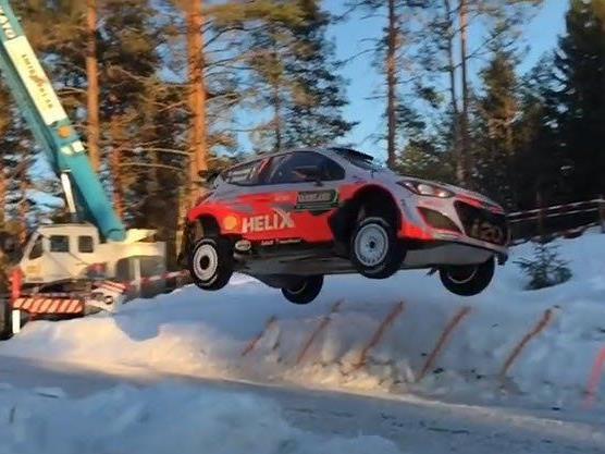 Spektakulärer Flug von Thierry Neuville am Colin's Crest in bei der Schweden-Rally.