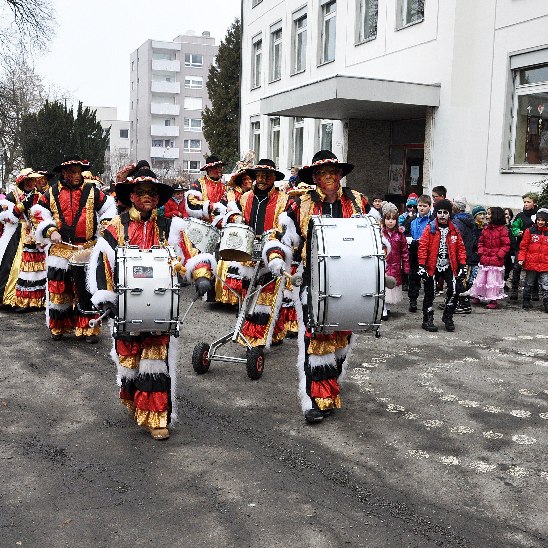 Die Mondheuler machen den Oberdorfer Volksschülern jedes Jahr ihre Aufwartung.
