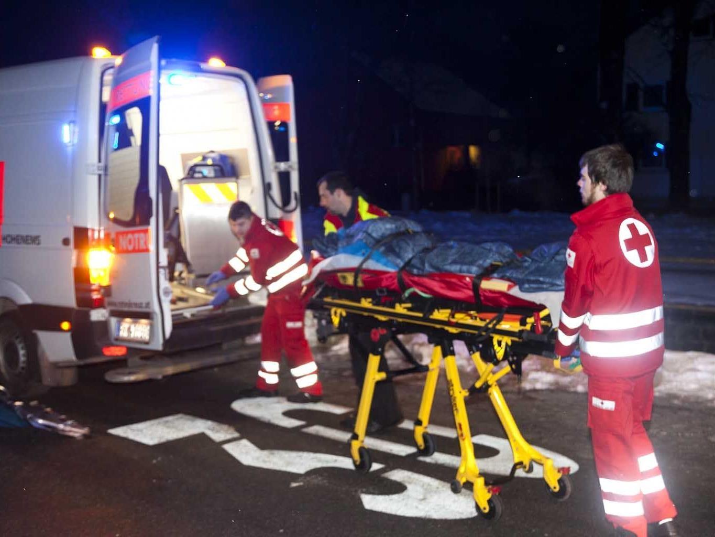 Die Feuerwehr barg den Verunfallten mit einer Drehleiter.