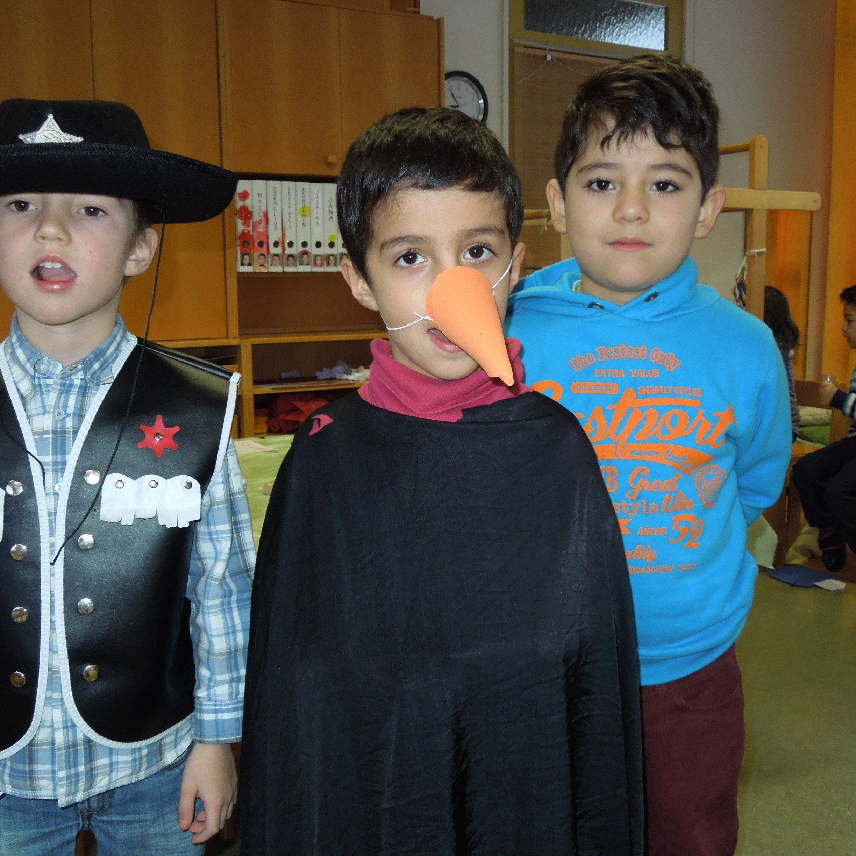 Die Kinder vom Kindergarten Niederbahn sind bereit für ihren Auftritt beim diesjährigen Kinderumzug durchs Hatlerdorf.