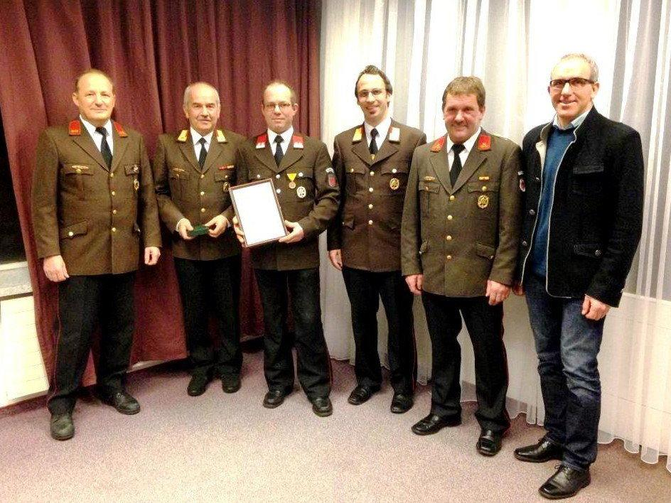 V.l.n.r.: Kdt.Stv. Kofler Herbert, AFK Schönherr Josef, Jubilar - Thurnher Oliver, BV Beiser Florian, Bgm. Netzer Martin.